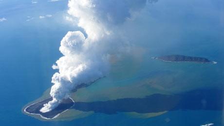 Eruptie spectaculoasa a unui vulcan subacvatic in Tonga