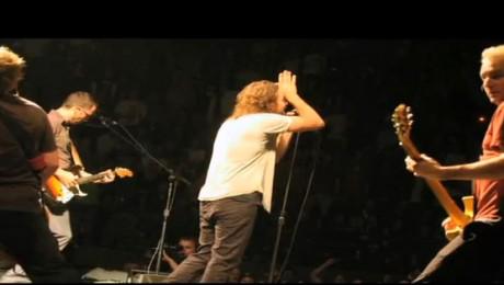 Pearl Jam planteaza paduri pentru a compensa emisiile concertelor