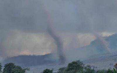 Tornade uriaşe după erupţia vulcanului Sinabung din Indonezia