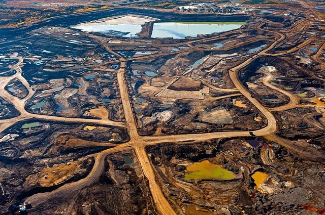 Zone bituminoase din regiunea Alberta, Canada, distruse de minerit și deșeurile toxice.