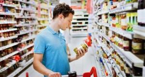 Consumator, citind eticheta produsului