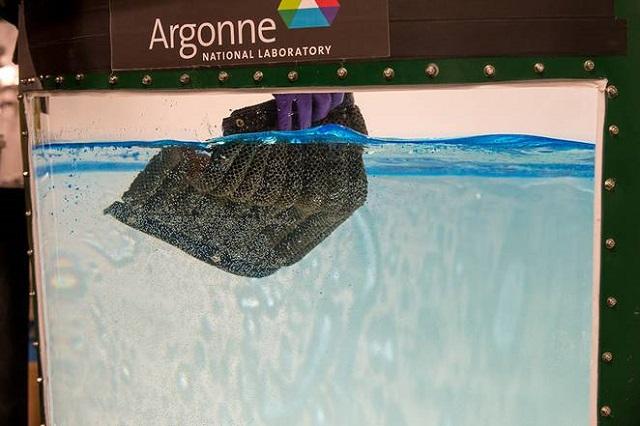Oleo Sponge, buretele care absoarbe uleiul de la suprafața apelor, dar și din adâncuri