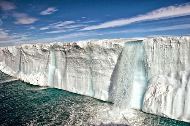 Un ghețar enorm se topește în apropierea insulei norvegiene Svalbard.
