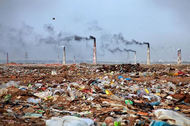 Peisaj dezolant din Bangladesh. Nu este o groapă de gunoi.