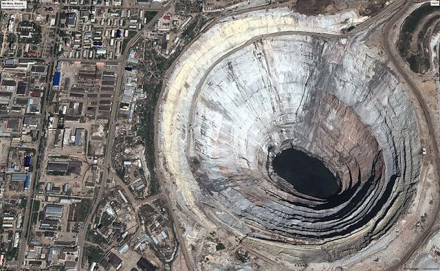 Mina Mir, Rusia. Această groapă imensă este cea mai mare mină de diamante din lume.