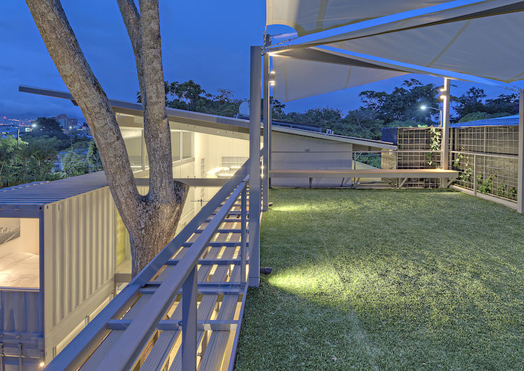 casa_incubo_costa_rica_shipping_container_home_roof