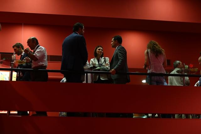 Participanții la conferință s-au relaxat în timpul unei pauze denumite vitality break, timp în care au putut servi gustări sănătoase.
