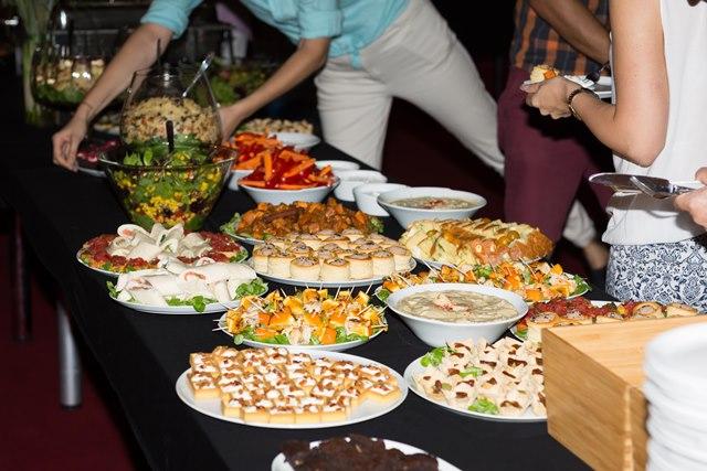 Participanții au fost invitați la masa de prânz.