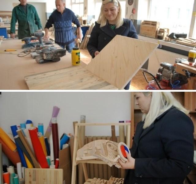 Adriana, arătând o bucată de lemn înainte și după prelucrare, atelier de economie circulară