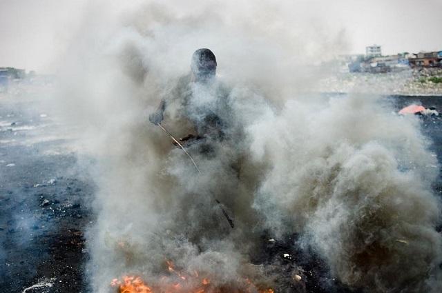 FOTO. Munți de deșeuri electronice reciclate manual în China