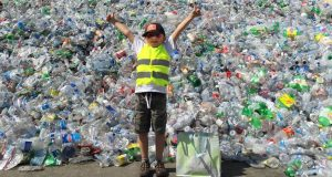 Un băiat de șapte ani a făcut 21.000 de dolari după ce a reciclat sticle și conserve