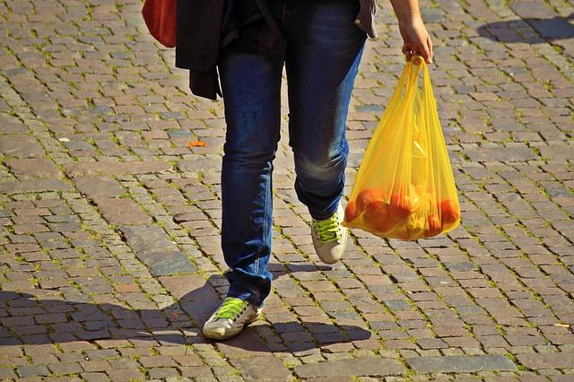 74% dintre români refolosesc pungile de cumpărături