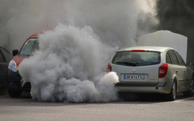 Numărul autoturismelor cu emisii poluante ridicate s-a triplat