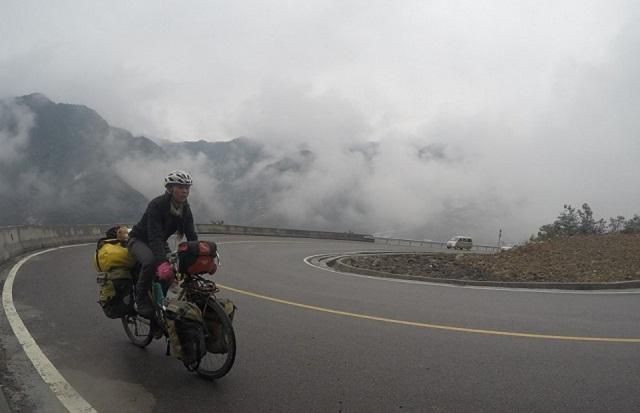 De 5 ani pedalează în jurul lumii