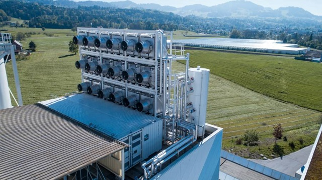O mașinărie absoarbe dioxidul de carbon din aer și îl transmite direct în seră