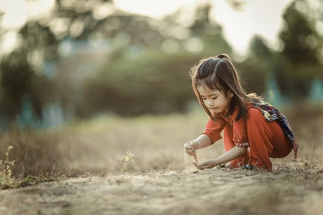 5 modalități prin care să-ți crești copilul cu respect față de mediu