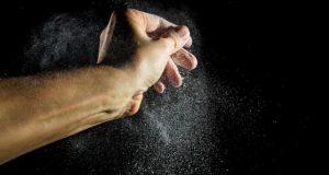 90% din praful din casă conține chimicale toxice. Cum poți să scapi de el