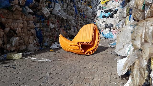 Plasticul din Amsterdam este transformat în bănci stradale
