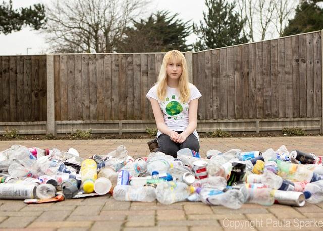VIDEO O britanică de 12 ani a devenit erou internațional pentru că adună gunoaiele de pe jos