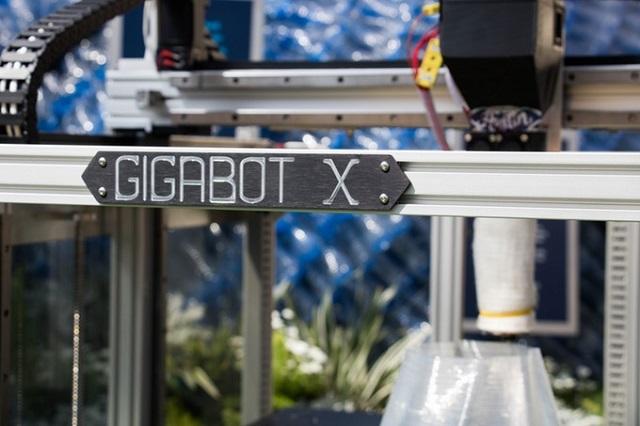Gigabot X, imprimanta 3D care folosește ca materie primă fulgi de plastic