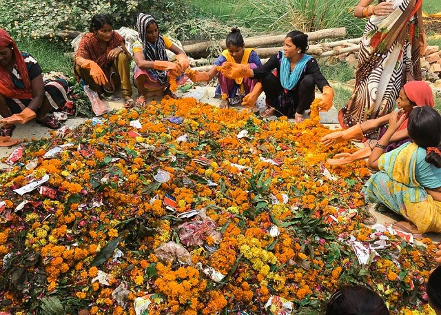 Florile aruncate pe Gange, transformate în bețișoare parfumate