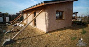 Viața într-o casă mică. Cristi și Adriana și-au construit singuri o casă din paie, cu 7.000 de euro