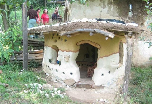 Viața într-o casă mică. Locuința din cob - experimentul ecologic devenit obiectiv turistic