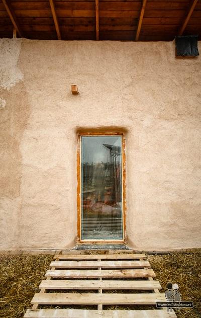 Viața într-o casă mică. Cristi și Adriana își construiesc singuri o casă din paie