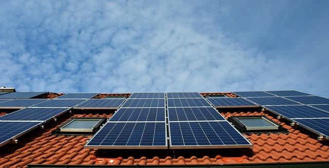 Iohannis a promulgat legea care permite cetățenilor să livreze energie electrică în rețea
