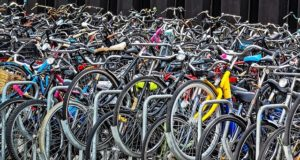 Olanda va interzice utilizarea telefoanelor de către cei care merg pe biciclete