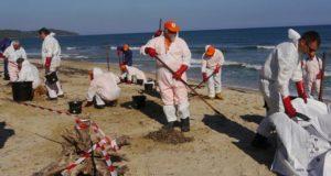 Operațiuni de curățare a plajelor de pe Riviera Franceză, după poluarea cu petrol