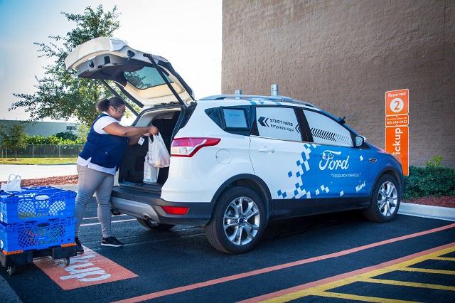Ford testează livrarea la domiciliu a cumpărăturilor cu mașini fără șofer