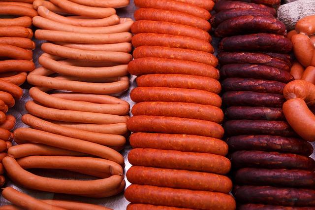 Studiu: Carnea procesată din România ar trebui să fie mai scumpă cu 62,5%