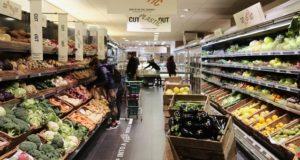 Primul supermarket din Mare Britanie care amenajează o zonă fără ambalaje din plastic