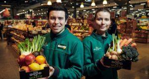 Un supermarket vinde cutii de 1kg cu produse care încep să nu mai fie bune, la prețul de o liră