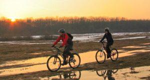 Viața autentică de la sat, descoperită în ritmul bicicletei