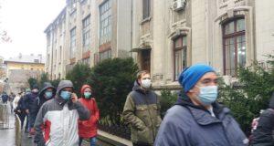 Protest cu măști pe față în fața Primăriei Capitalei față de aerul poluat