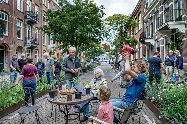 Amsterdam vrea să desfiinţeze 11.200 de locuri de parcare şi să le înlocuiască cu grădini